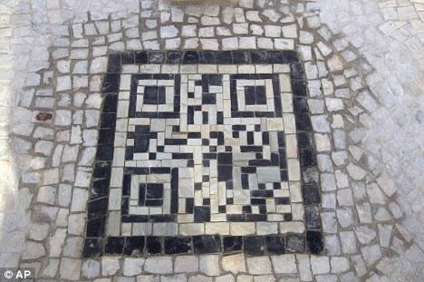 Rio de Janeiro QR code no calçadão da praia.